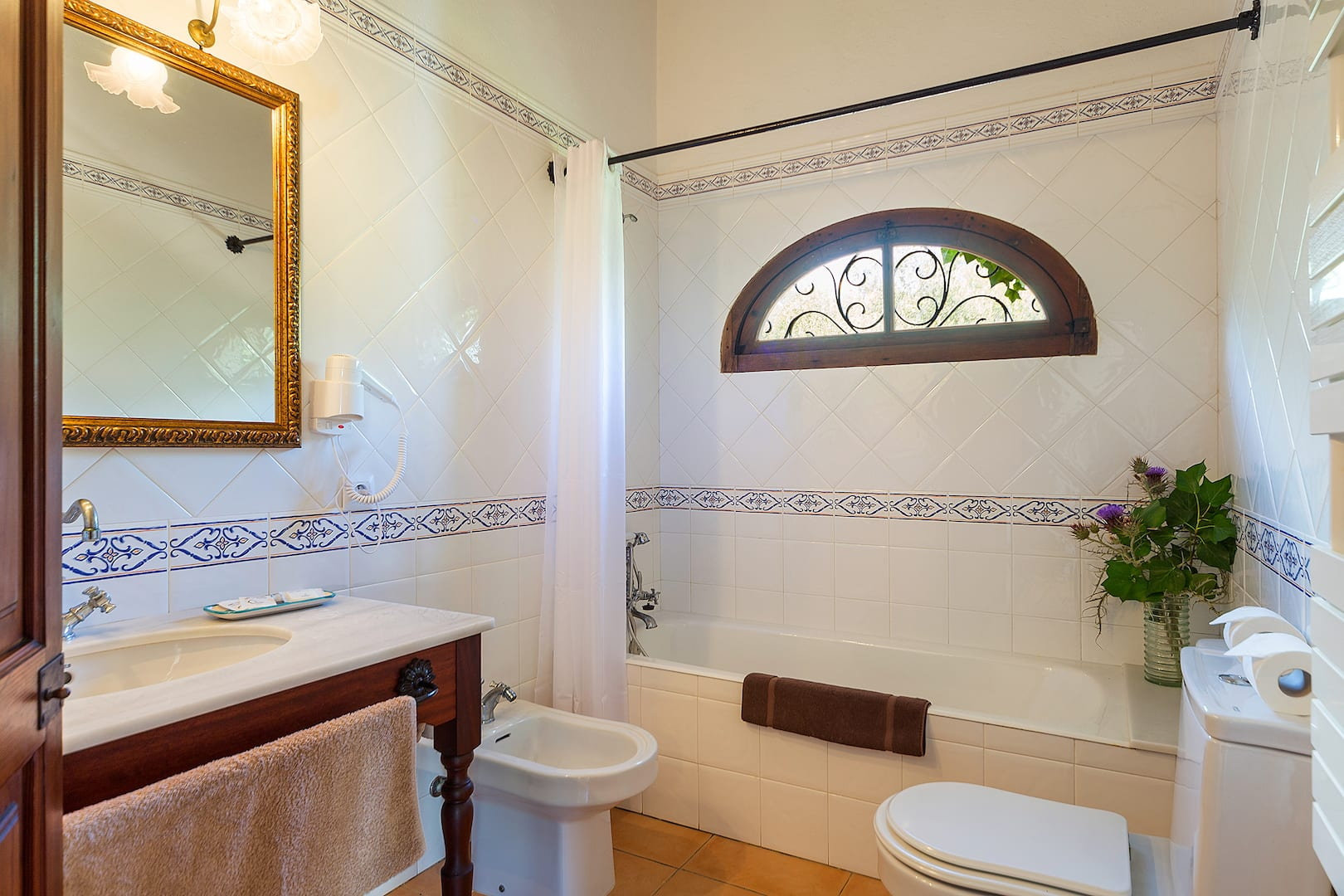 ISLA Finca Hotel Can Gaia Badezimmer mit Badewanne