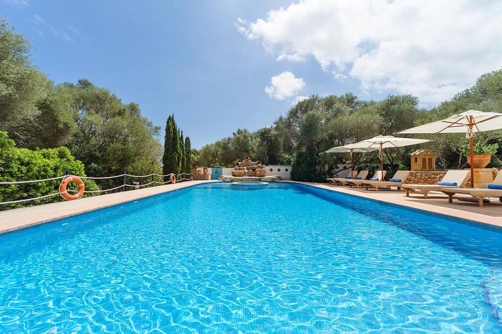 ISLA-Travel-Finca-Hotel-Mallorca-Pool -mit-Liegen