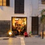 Mallorca, Palma, Wermut Bars,  Bodega Santa Clara, im Clatarava Viertel von Palma.Besitzerin Uta, in ihrer Bodega verkauft sie Wein, Wermut und Sifon ( kohlensaeurehaltiges Getraenk.)